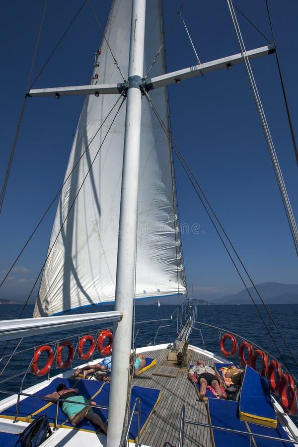 Turyści na pokładzie rejs łódź relaksują podczas gdy żeglujący na morzu śródziemnomorskim z Turkusowego wybrzeża Turcja daleko obraz royalty free