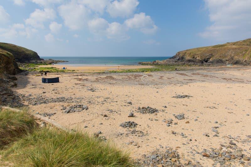 Turyści na Poldhu wyrzucać na brzeg Cornwall Anglia UK na jaszczurka półwysepie między Mullion i Porthleven fotografia royalty free