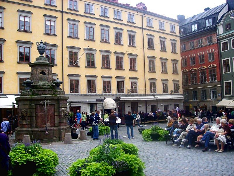 Turyści na sławnym kwadratowym Stora Torget obciosują w Sztokholm, Szwecja obraz royalty free