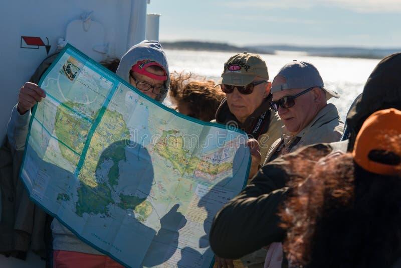 Turyści na statku przy morzem, rozwijają trasę na mapie Solovetsky wyspy obrazy royalty free