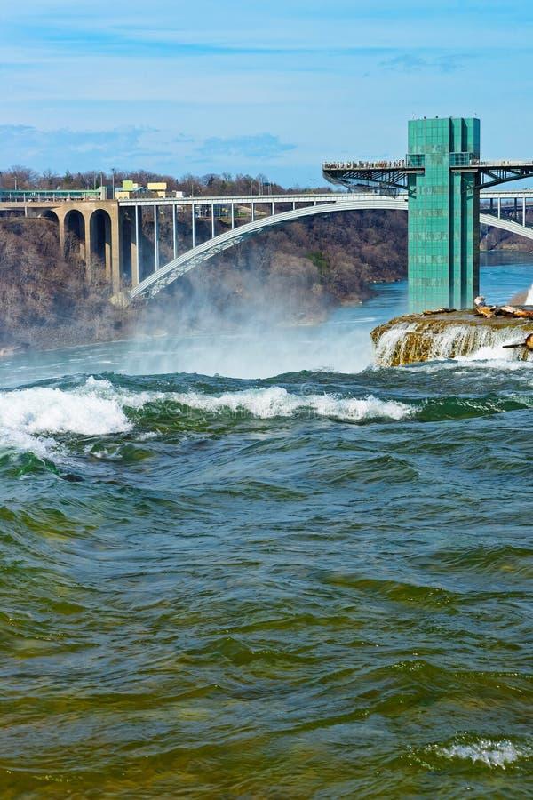 Turyści na tęcza moscie nad Niagara rzeki wąwozem obrazy royalty free