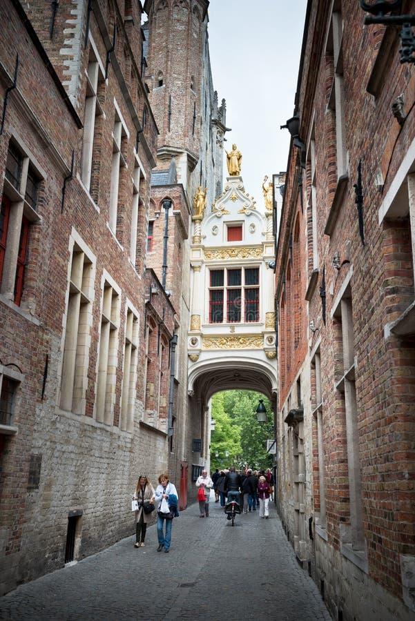 Turyści na wąskiej ulicie stary Bruges, Belgia zdjęcia stock
