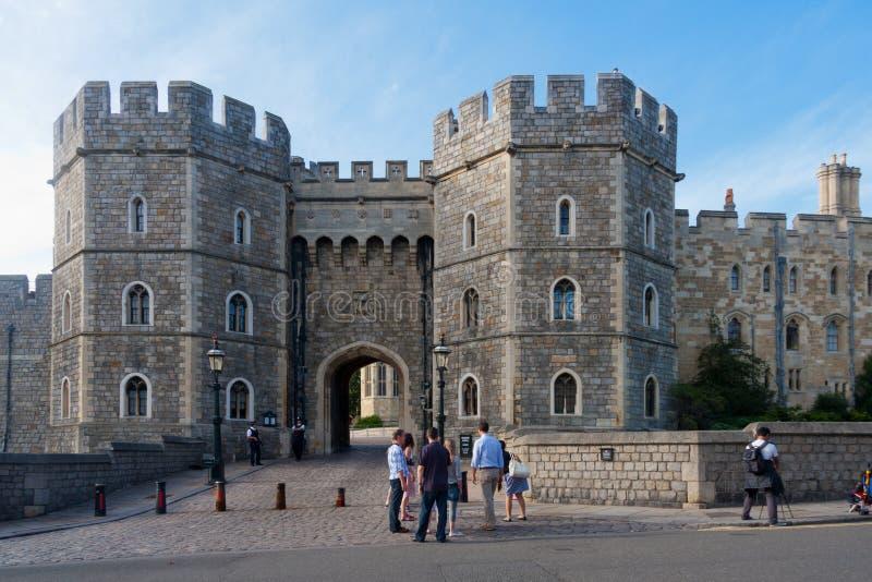 Turyści na zewnątrz Windsor kasztelu, Berkshire, Anglia, Zjednoczone Królestwo zdjęcia stock