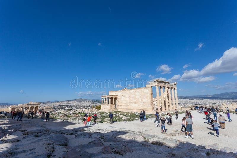 Turyści obserwują Erechtheion i loggię kariatydy w akropolu zdjęcie stock