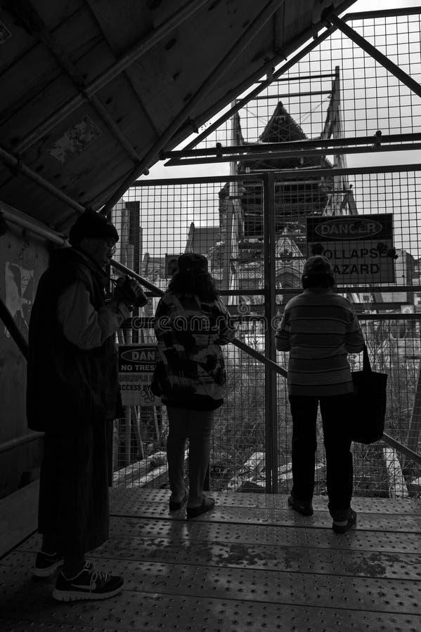 Turyści obserwuje ruiny bardzo zniszczony Christchurch katedra 2011 trzęsieniem ziemi zdjęcie royalty free