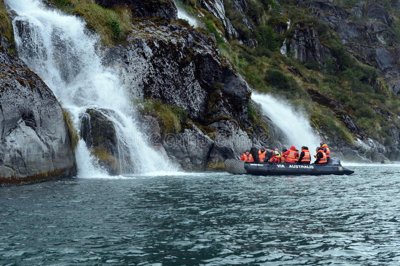 Turyści od statku wycieczkowego blisko siklaw lodowiec Nena obraz stock