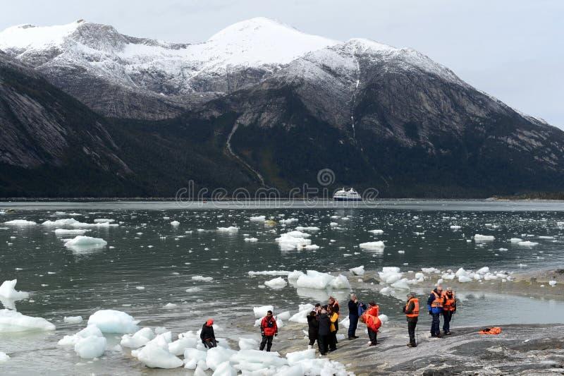 Turyści od statku wycieczkowego lądowali na brzeg blisko Pia lodowa fotografia stock
