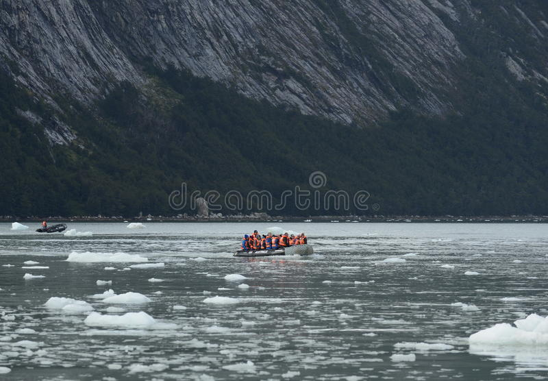 Turyści od statku wycieczkowego lądowali na brzeg blisko Pia lodowa obrazy royalty free