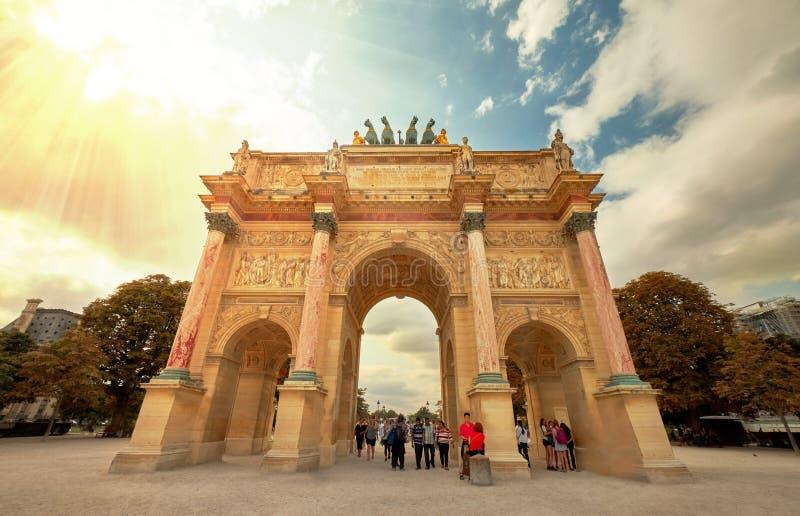 Turyści Odwiedza louvre muzeum w Paryskim centrum miasta obraz stock