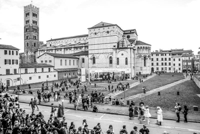 Turyści odwiedza Lucca podczas Lucca Comix fotografia royalty free