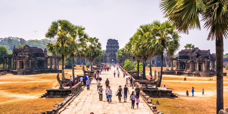 Turyści odwiedza powikłanego Angkor Wat, Siem Przeprowadzają żniwa prowincję, Kambodża zdjęcia stock