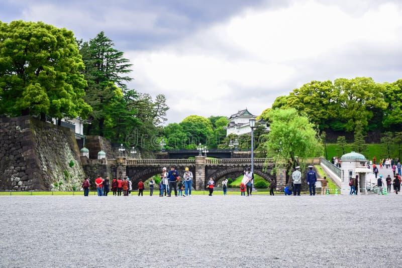 Turyści odwiedza Seimon Ishibashi Nijubashi most sławny most przy Cesarskim pałac w Tokio fotografia royalty free