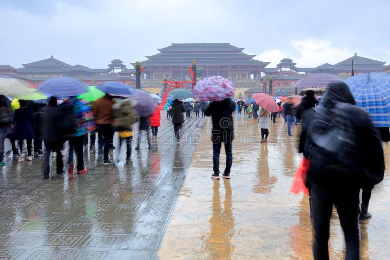 Turyści odwiedzają cesarza Qin pałac w hengdian studiach w deszczu, srgb wizerunek