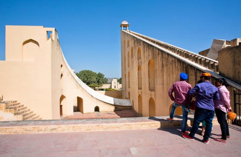 Turyści ogląda światu wielkiego kamiennego sundial obraz stock