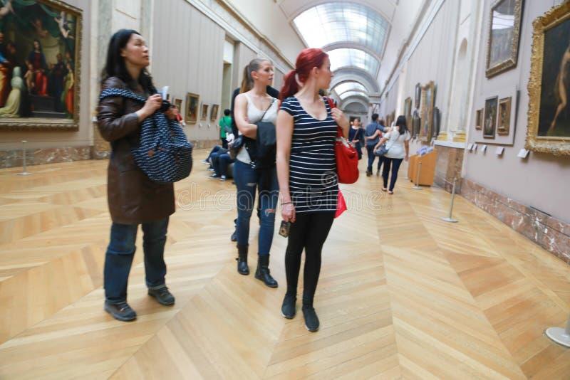 Turyści Oglądają sławnego obraz przy louvre Paryż obrazy royalty free