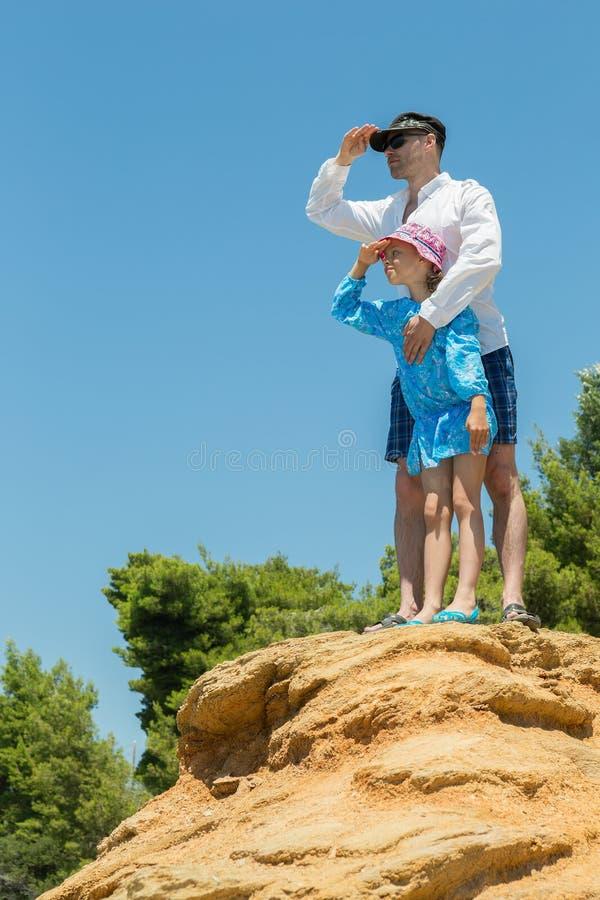 Turyści ojcują i córka na Egejskim wybrzeżu Sithonia półwysep zdjęcia royalty free