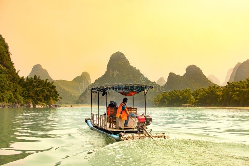 Turyści pływa statkiem Li rzekę w Yangshuo, Chiny fotografia stock