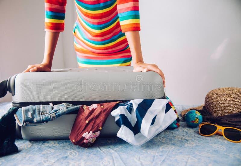 Turyści pakują bagaż dla podróży obraz royalty free