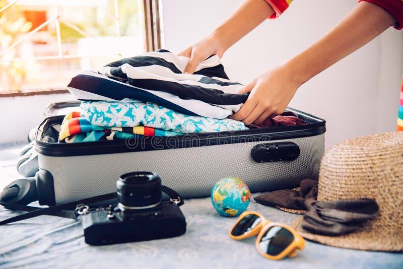 Turyści pakują bagaż dla podróży obraz stock