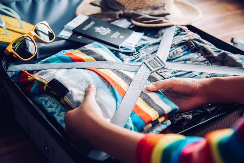 Turyści pakują bagaż dla podróży fotografia royalty free