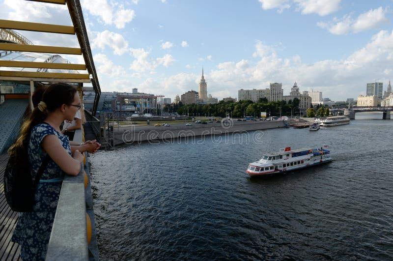 Turyści patrzeją Moskwa rzekę od bridżowego Bogdan Khmelnitsky obrazy royalty free