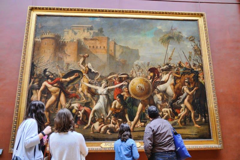 Turyści patrzeją obrazy Eugene Delacroix przy louvre muzeum (Musee Du Louvre) fotografia royalty free
