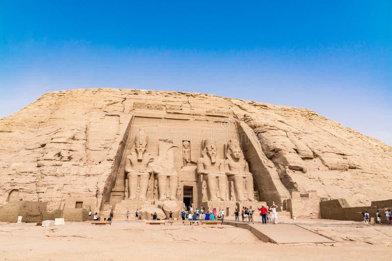 Turyści podziwia wielką Abu Simbel świątynię, Egipt obrazy royalty free