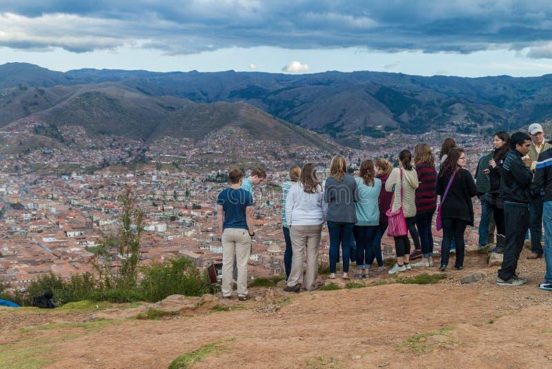 Turyści podziwiają widok z lotu ptaka Cuzco fotografia royalty free