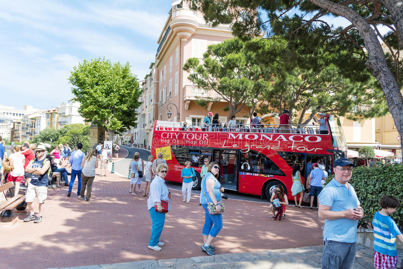 Turyści przed książe pałac Monaco, Francja obraz stock