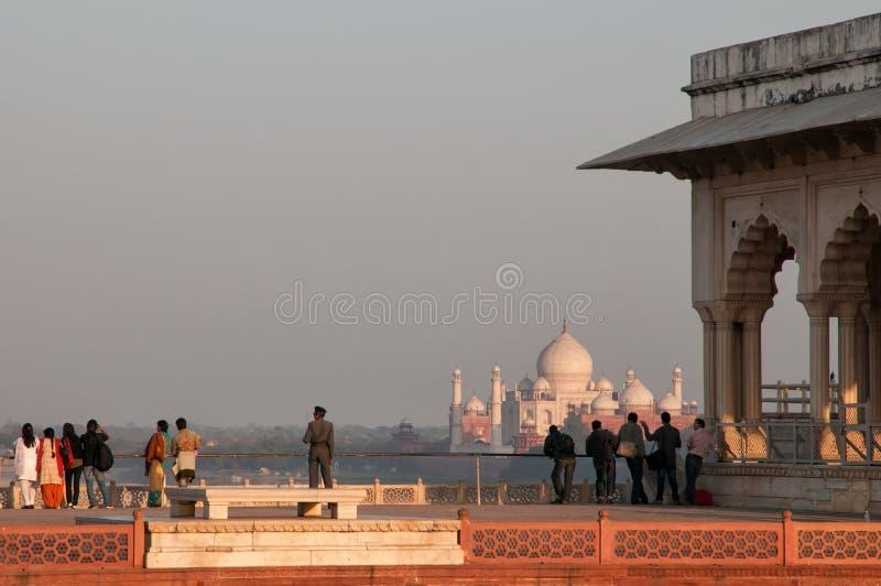 Turyści przegląda Taj Mahal od Agra fortu obrazy royalty free