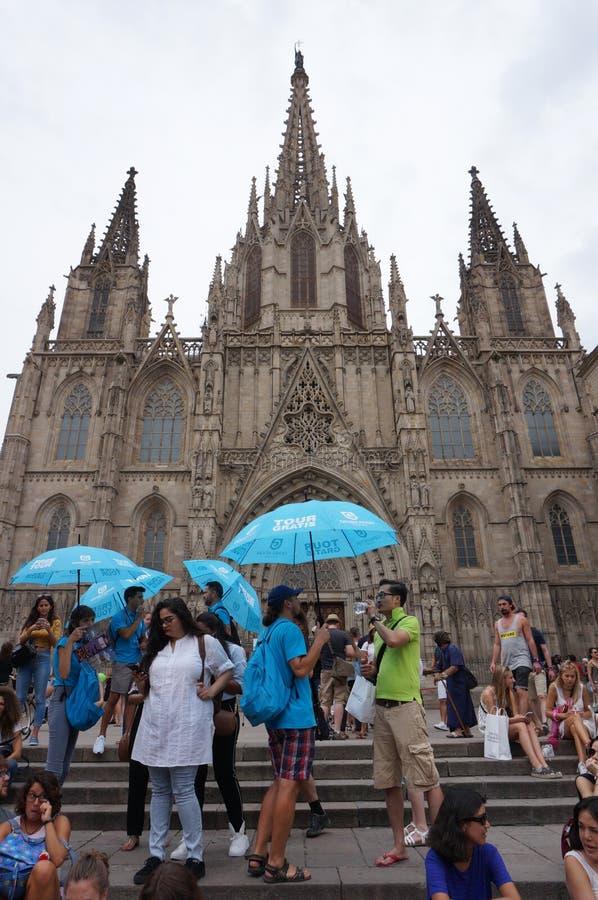 Turyści przy Barcelona katedrą fotografia royalty free