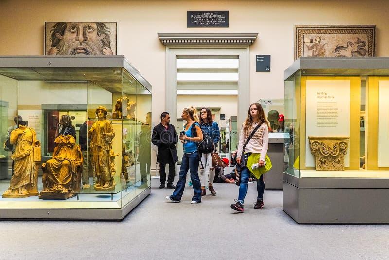 Turyści przy British Museum w Londyn (hdr) obraz stock
