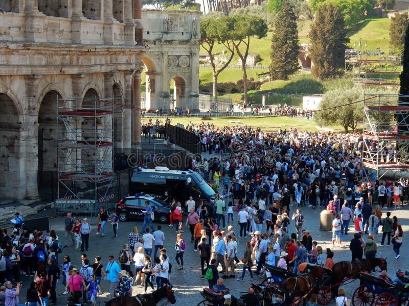 Turyści przy Colosseum obrazy stock