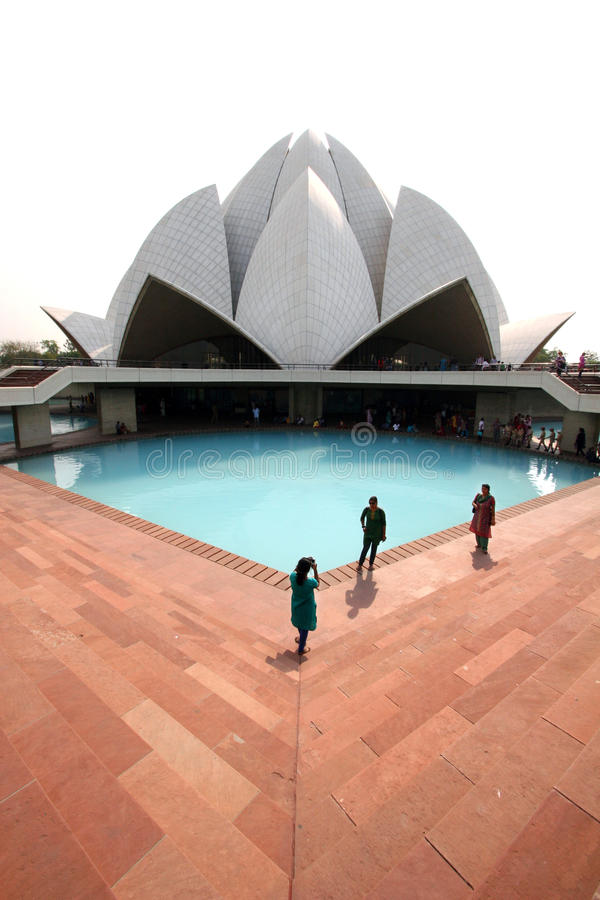 Turyści przy Lotosową świątynią w Delhi India fotografia stock