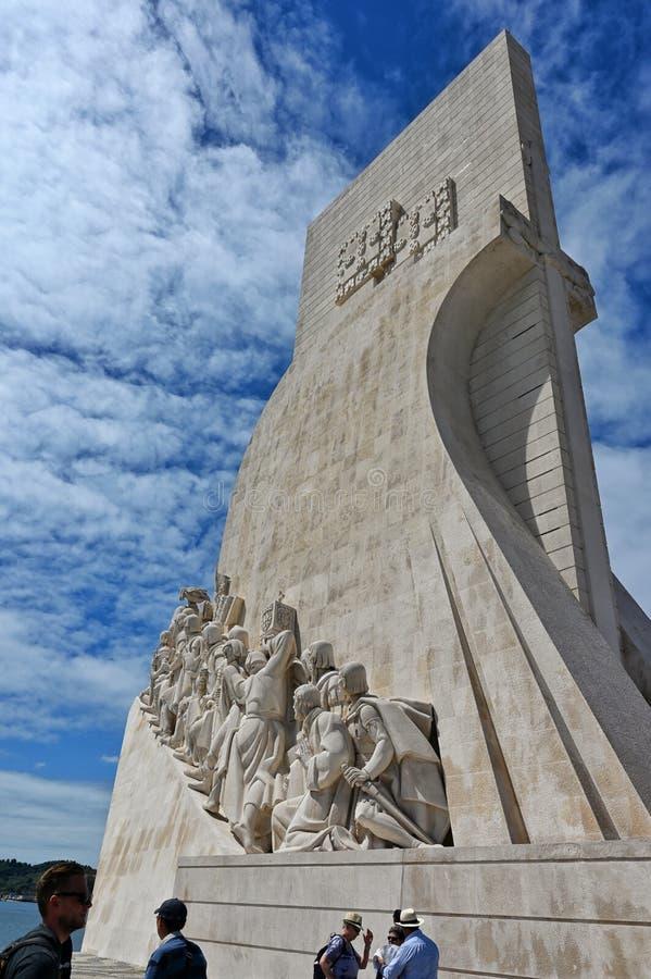 Turyści przy nawigator rzeźbą obrazy stock