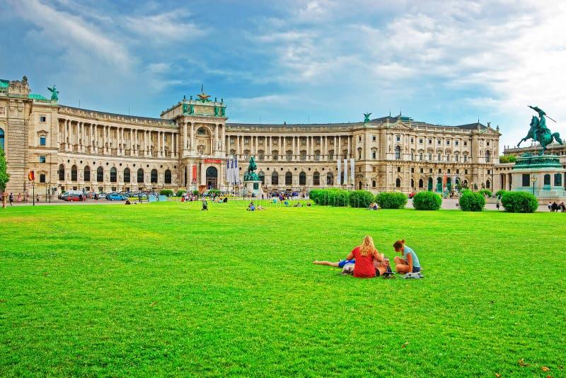Turyści przy Neue Burg Hofburg pałac przy Heldenplatz Wiedeń obrazy stock