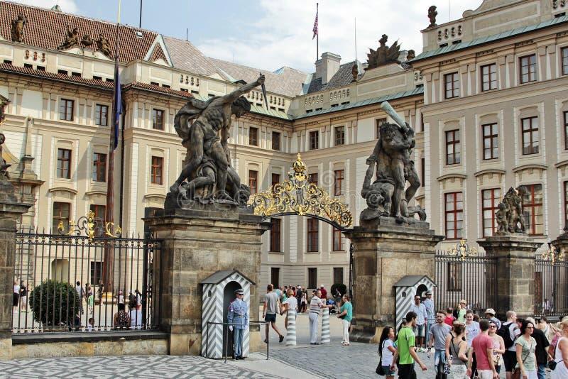 Turyści przy Praga kasztelem obrazy stock