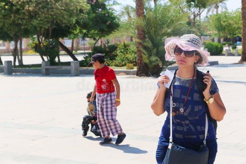 Turyści przy Ramesseum świątynią w Luxor, Egipt - fotografia stock