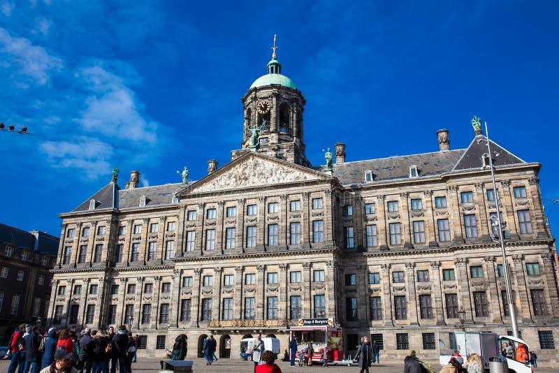 Turyści przy Royal Palace Amsterdam lokalizowali przy tama kwadratem zdjęcie royalty free