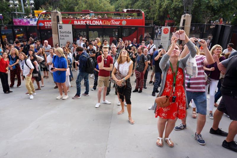 Turyści przy Sagrada Familia w Barcelona obrazy stock
