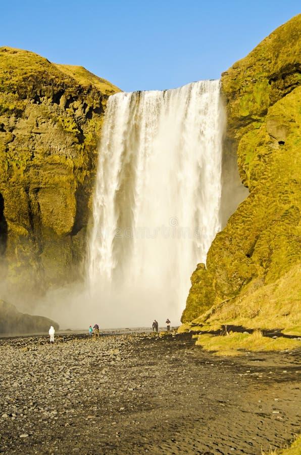 Turyści przy Skogafoss siklawą Iceland zdjęcie stock