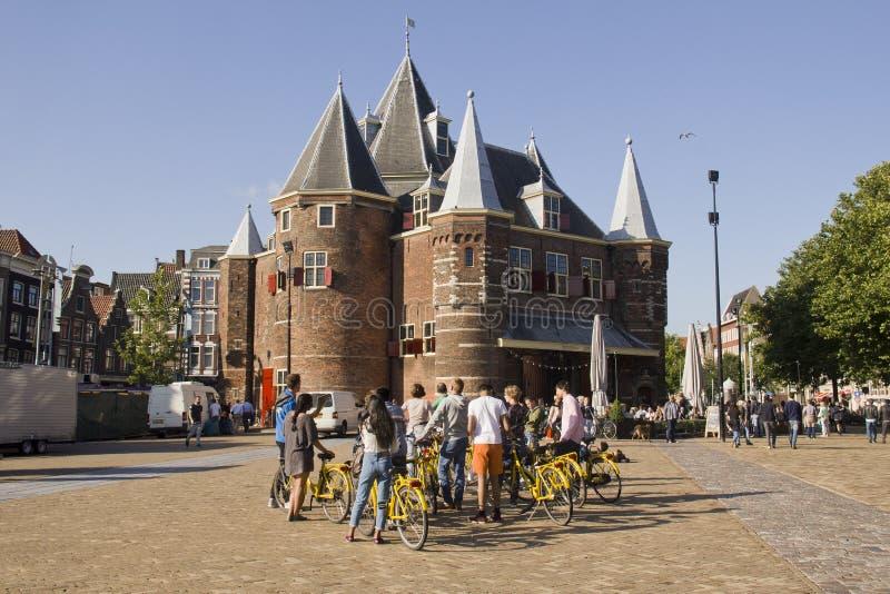Turyści przy ważenie budynkiem w Amsterdam obraz royalty free