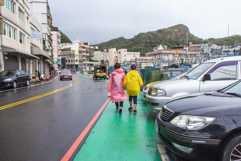 Turyści przy Yeliu Yehliu Geopark w Wanli okręgu, Nowy Taipei, Tajwan przy dżdżystym, wietrznym i chmurzącym dniem, obrazy stock