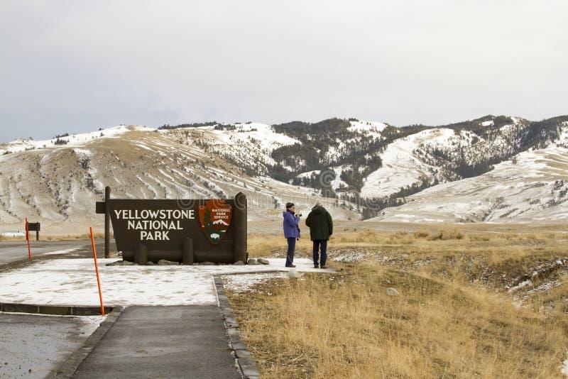 Turyści przy Yellowstone parkiem narodowym podpisują przy wejściem w Wyomin fotografia royalty free