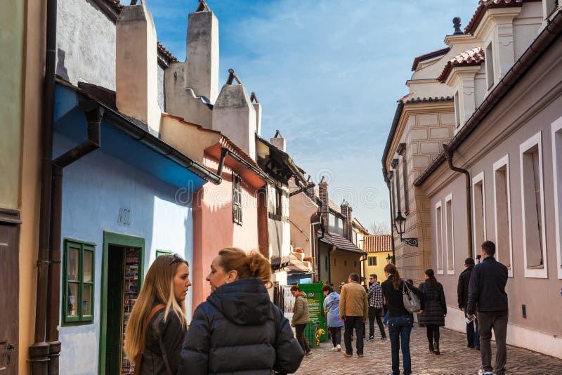 Turyści przy Złotym pas ruchu ulica lokalizująca w Praga kasztelu oryginalnie budującym w xvi wiek mieścić kasztelów strażników zdjęcia royalty free