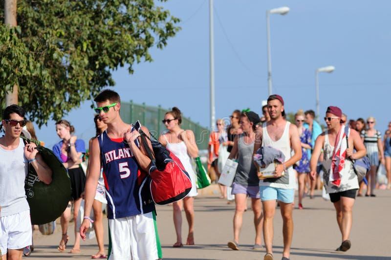 Turyści przyjeżdżają camping kłamstewko festiwal i plaża zdjęcia stock