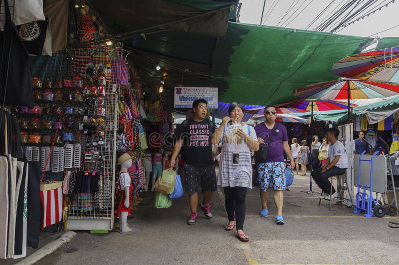Turyści robią zakupy Jatujak inside obraz royalty free