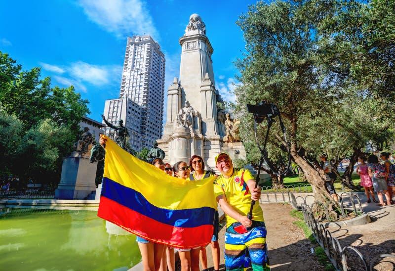 Turyści robią zdjęcie selfie z kolumbijską flagą obok pomnika Cervantes na Plaza de Espana Madryt, Hiszpania obraz royalty free