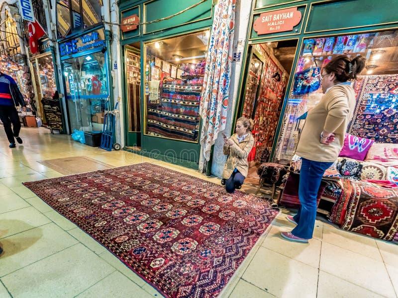 Turyści robi zakupy dywaniki i dywany w Uroczystym bazarze zdjęcie stock