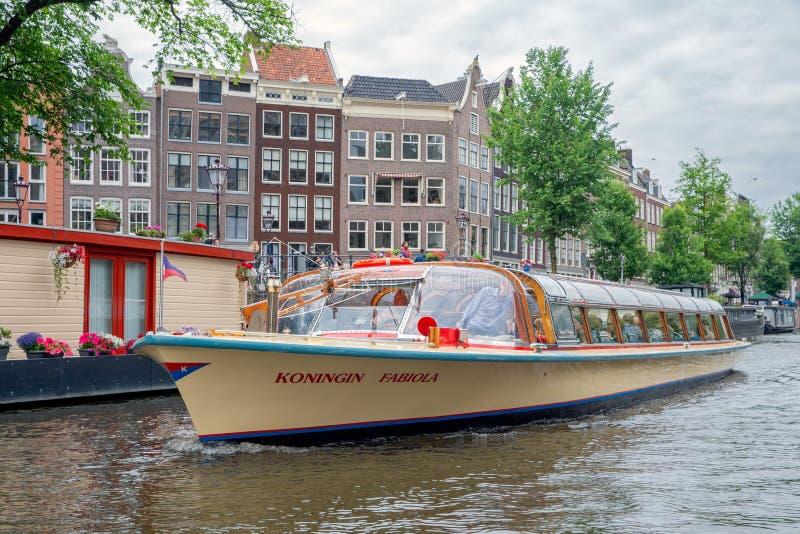 Turyści robi zwiedzającej wycieczce wodowanie statkiem w Amsterdam kanałach fotografia royalty free